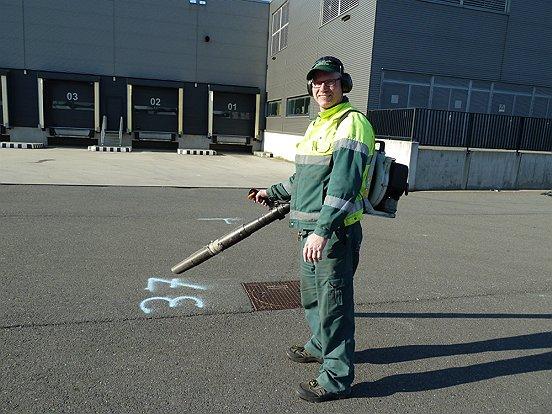 En na afloop van de Dag van de Logistiek zette WML Facilitair het beste beentje voor om het evenemententerrein op te ruimen.