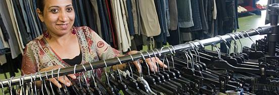 Veel van de kleding die Twiddus inzamelt, wordt verkocht in het kringloopwarenhuis in Waalwijk.
