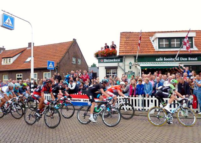 Het peloton reed drie keer een rondje door de gemeente Heusden.