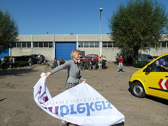 Onze directeur Marion van Limpt gaf door te zwaaien met een Baanbrekersvlag het startsein voor de tweede etappe van het Truckfestijn.