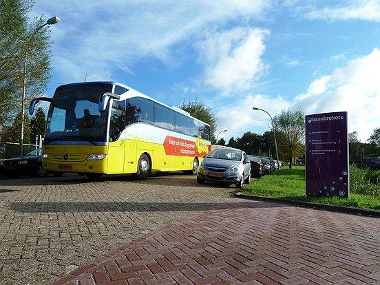 Een speciaal geregelde bus bracht de werkzoekenden van het Baanbrekersterrein naar de banenmarkt in Tilburg.