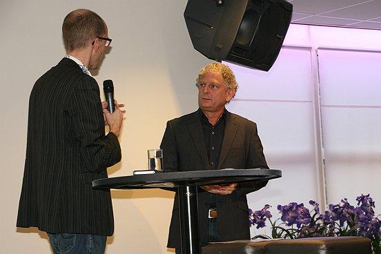 Dagvoorzitter Richard Engelfriet in gesprek met wethouder Henk van Komen (rechts).