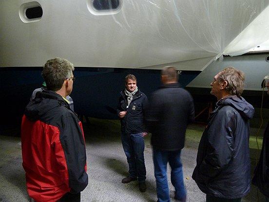 Directeur Rein de Ruiter geeft enthousiast uitleg tussen de boten bij Nautisch Centrum Heusden.