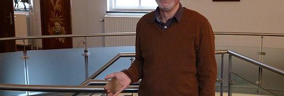 Een trotse René van Boxtel met de erepenning in zijn hand.
