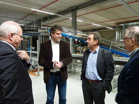 Het college van Waalwijk en vertegenwoordigers van Baanbrekers waren op bezoek bij vanHaren Schoenen.