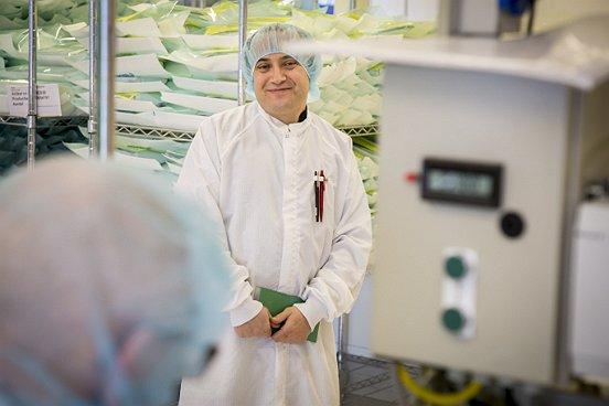 Eén van de deelnemers aan de cleanroomcursus van de VCCN.