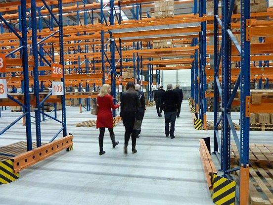 Het college van Waalwijk nam samen met vertegenwoordigers van Baanbrekers een kijkje bij vanHaren Schoenen.