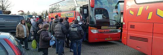 Twee bussen brachten de actievoerende SW-medewerkers van Baanbrekers naar Den Haag.