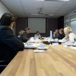 De gasten van LANDER en Wedeo luisteren naar het verhaal van OR-lid Ton Nijenkamp.