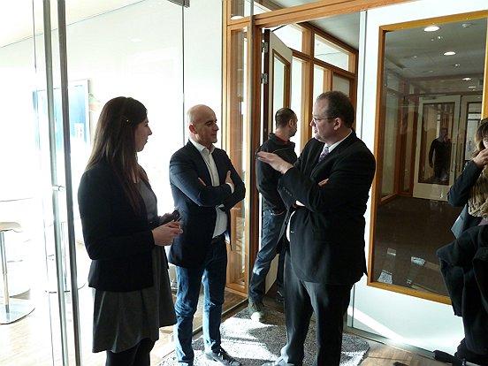 Wethouder Ronald Bakker (midden) in gesprek met manager P&O Jan Strik en recruiter Eva Gulpen.
