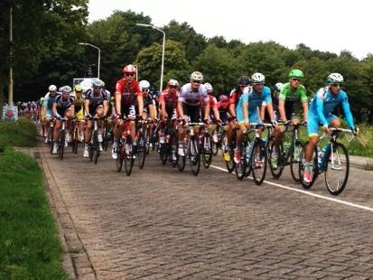 De renners van de EnecoTour tijdens de eerste doorkomst in Vlijmen.