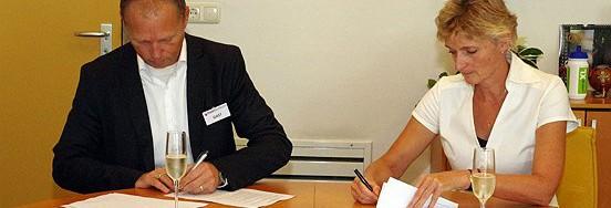Lorenz Werts, directeur van Cliënt ICT Groep en Marion van Limpt, directeur van Baanbrekers, zetten hun handtekening onder een meerjarige ICT-samenwerkingsovereenkomst.