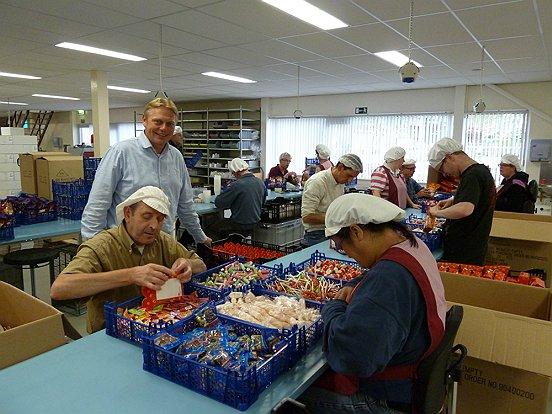 Managing director Chris Velthoven jr. van Vero aan één van de 'snoeplijnen' van de  medewerkers van Baanbrekers.