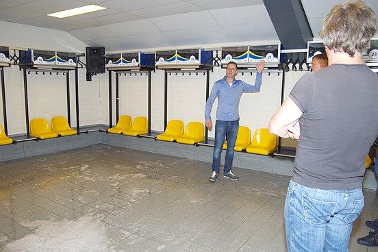 De rondleiding bij RKC WAALWIJK voerde onder meer door de kleedkamers.