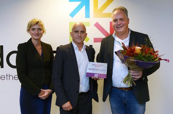 Managing director Jack Heijkans (rechts) van Docdata ontving de Talent2Work-partnerplaquette uit handen van Baanbrekersbestuurder en wethouder Ronald Bakker en van Baanbrekersdirecteur Marion van Limpt. Foto: Jan Stads.