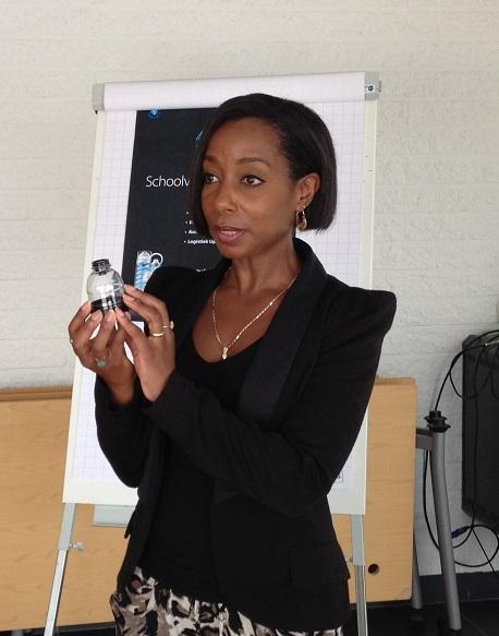 HR-medewerker Darlene Blomont van Airopack geeft tekst en uitleg over het innovatieve product.