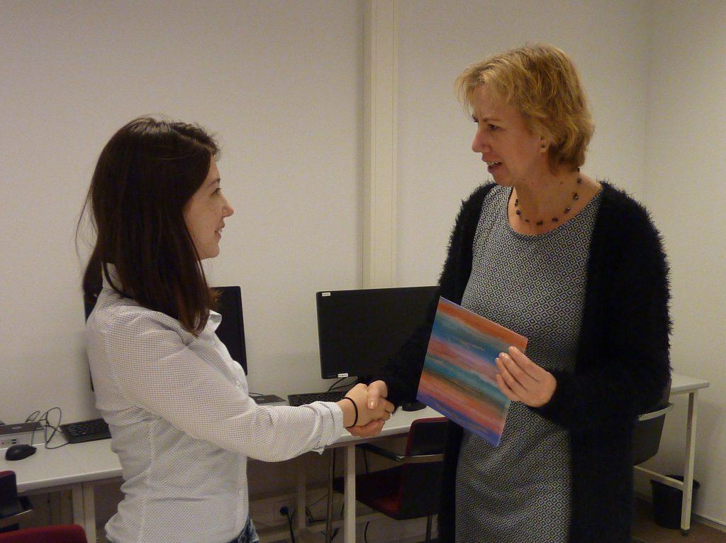 De personeelsmanager van Aurum Brothers, Leandra van Bronckhorst, ontving onlangs de officiële partnerplaquette van Talent2Work van wethouder en Baanbrekersbestuurder Margo Mulder.