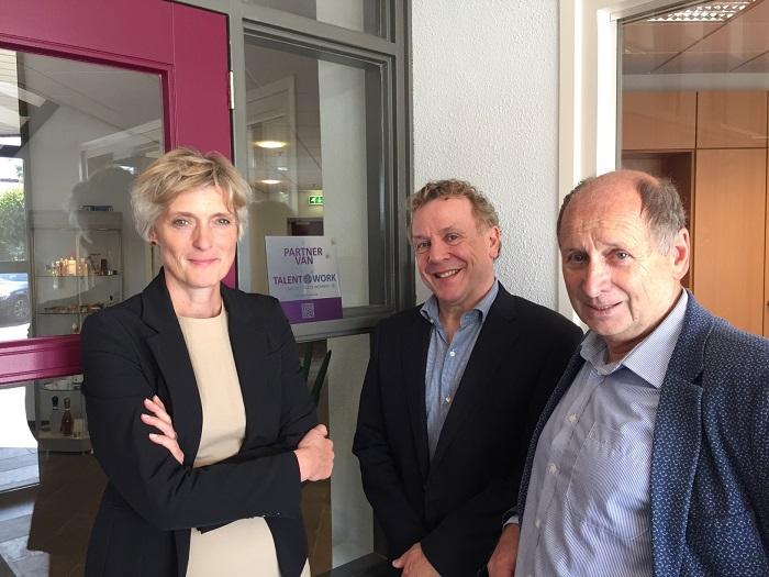 Job van Snippenberg, directeur van Aarts Plastics b.v. (in het midden op de foto) ontving de Talent2Work-partnerplaquette van wethouder Hans Brekelmans en Baanbrekersdirecteur Marion van Limpt.