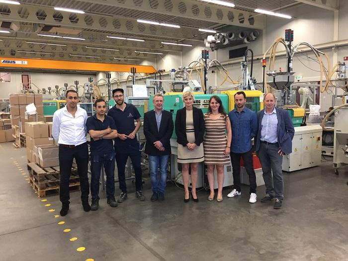 Bij Aarts Plastics werken inmiddels zeven statushouders. Een aantal van hen staat op deze foto.