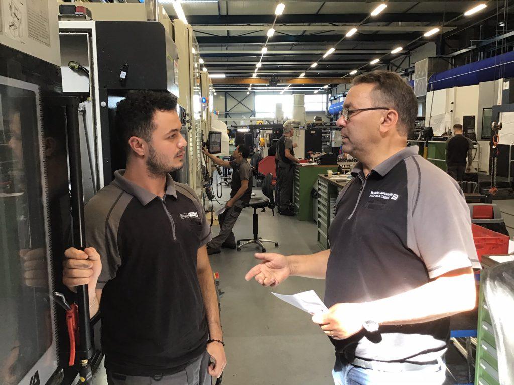 Akrem en zijn praktijkbegeleider Henk bij Kiefel Packaging Nederland.