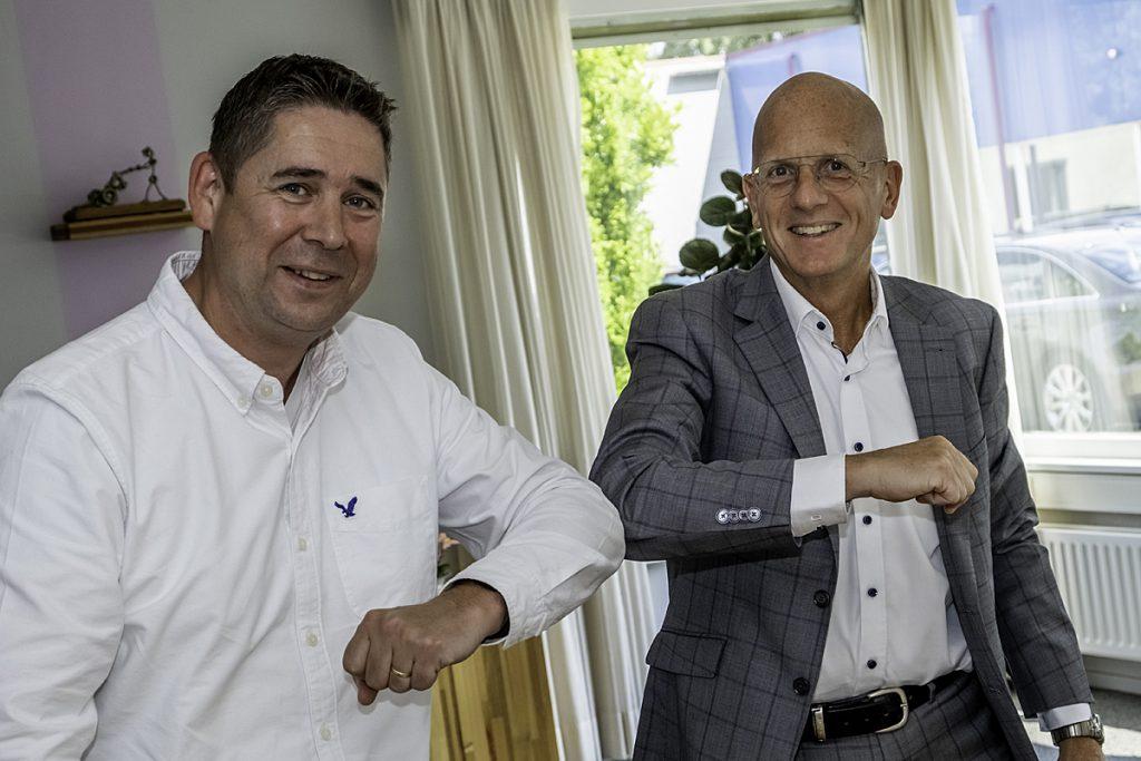 Martijn Stuart van Infield-ICT (links) en Baanbrekersdirecteur Ad van Oudheusden (rechts) feliciteren elkaar coronaproof met het ondertekenen van de samenwerkingsovereenkomst voor het nieuwe netwerk van Baanbrekers.