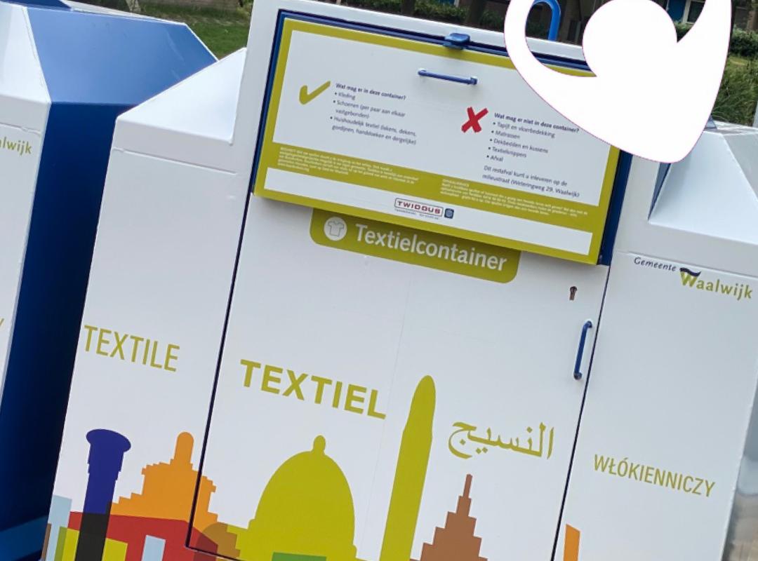 Het wrappen van textielcontainers moet leiden tot minder zwerfafval.